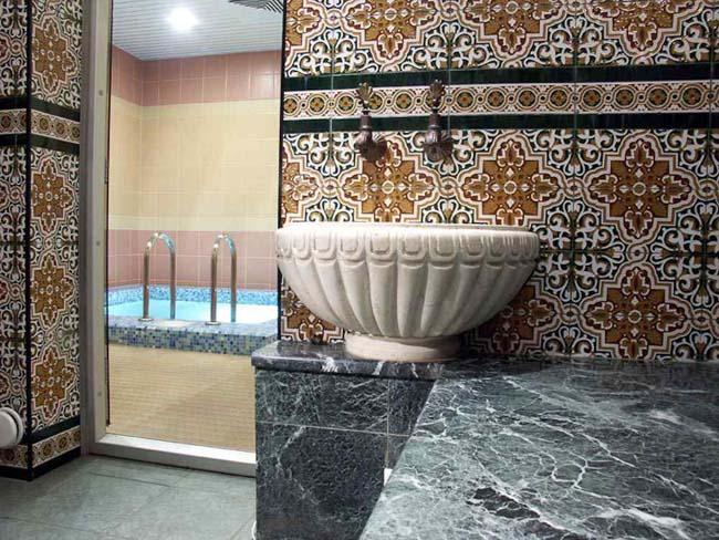 Стены бани украшены под турецкий манер