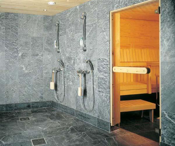 Талькохлорит отлично смотрится как на стенах, так и на полу бани