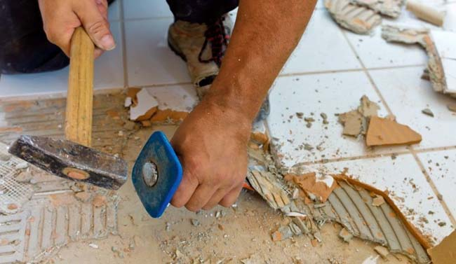 удаляем старую слитку при помощи зубила и молотка