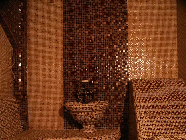мозаика часто используется в облицовке стен общественных бань