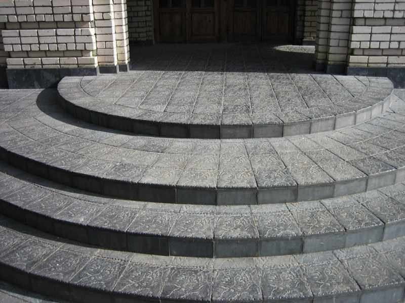 полукруглое крыльцо из тротуарной плитки