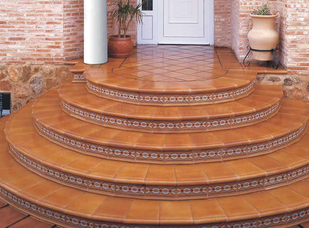 Ступеньки круглой формы делают лестницу более привлекательной