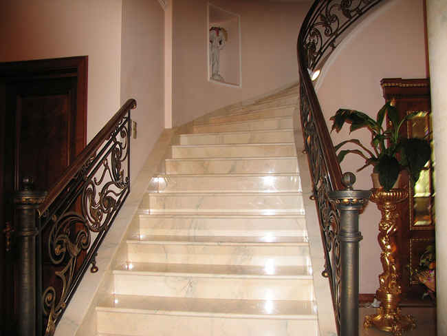 ступеньки лестницы из мрамора