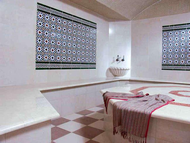 Плитка на полу общественной бани