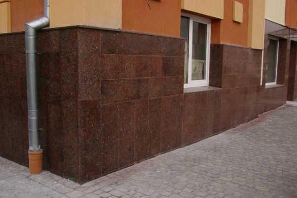 Крупноформатная плитка для цоколя и фасада ускоряет процесс укладки и выглядит оригинально