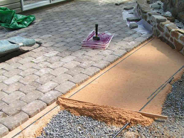 песочная основа для укладки плитки на дачном участке