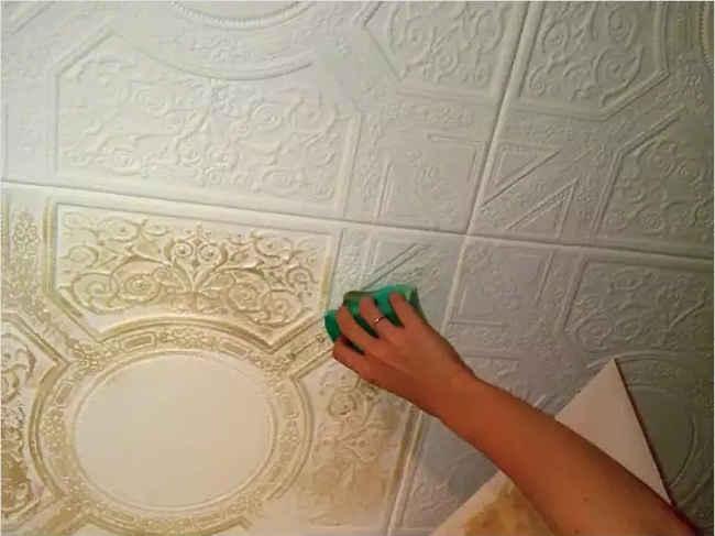 Отмывать потолочную плитку нужно бережно, но тщательно