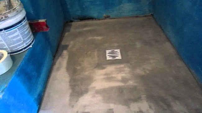 установка сливного трапа в душевой кабине по центру