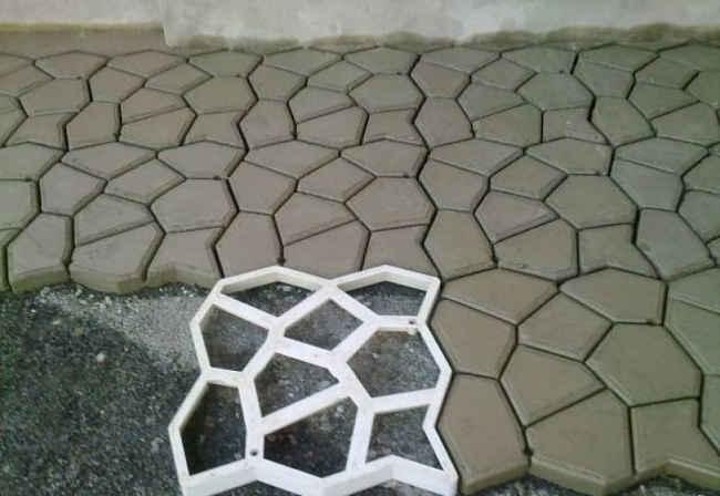 дорожка сделанная при помощи резиновой формочки и цементного раствора