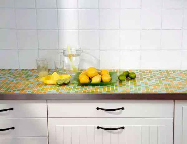 столешница для кухни своими руками покрыта мозаичной плиткой