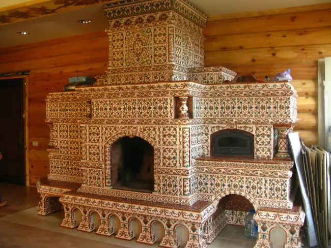 Красивая русская печь облицованная плиткой