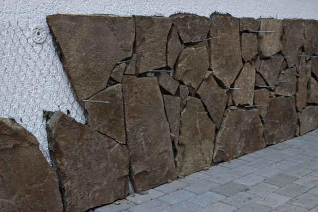 фасадная плитка из натурального камня украшает цоколь здания