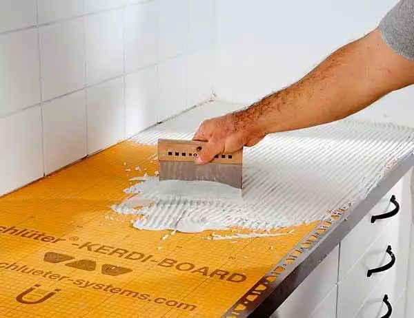 нанесение клея перед укладкой плитки