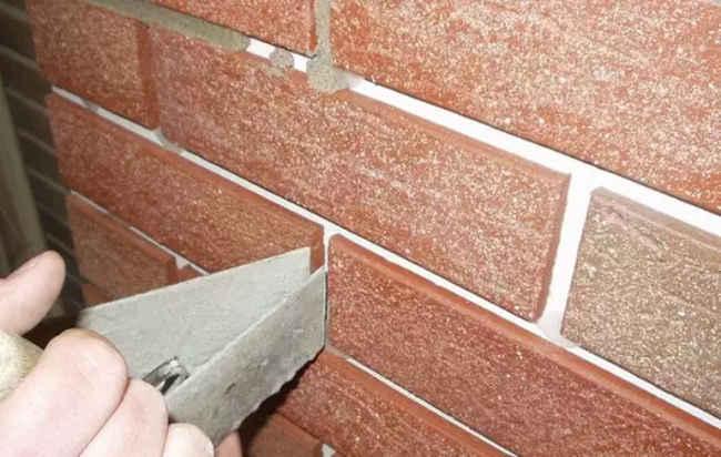 швы между плитками заполняют раствором