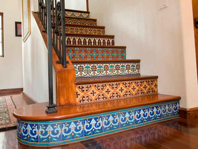 в данном варианте лестницы, красиво смотрится плитка для подступеней