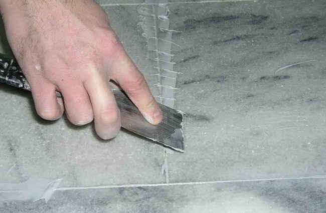 шпаклевка трещин на поверхности гранита