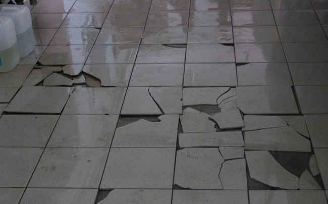 пол из разбитых плиток