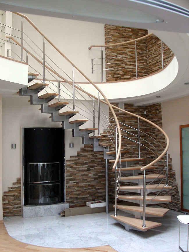 Красивая полувинтовая лестница в доме