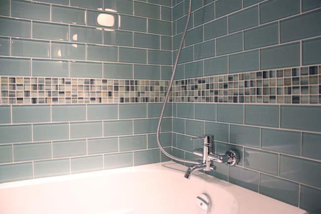 стены ванной оформлены обычной стеклянной плиткой
