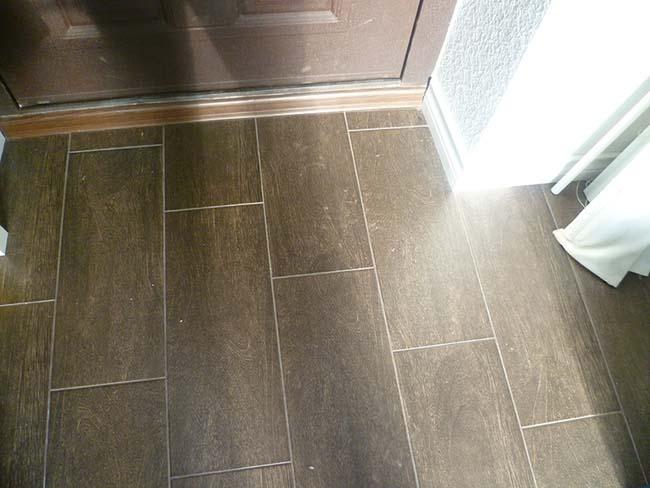 Керамогранитная плитка на полу в прихожей