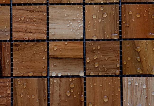 мозаика из дерева красиво смотрится на стене