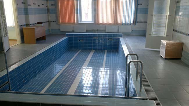 бассейн облицован водонепроницаемой плиткой