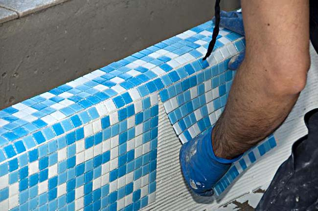 облицовка бордюра ванной мозаичной плиткой