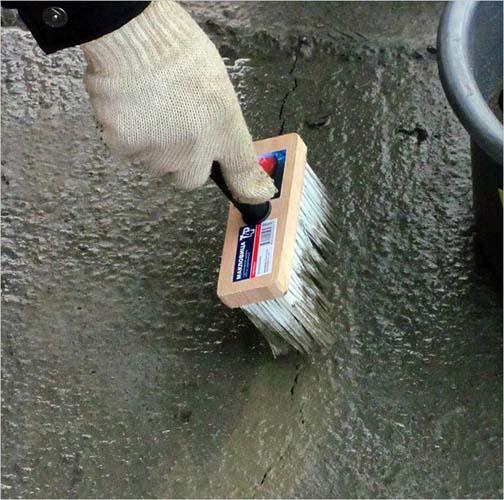 обработка стен изолирующим раствором