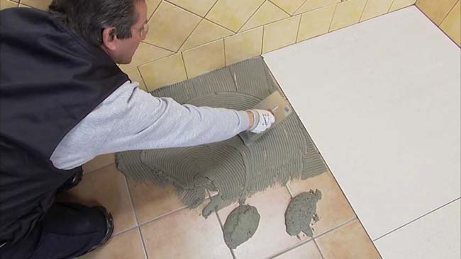 процесс монтажа новой плитки на старую