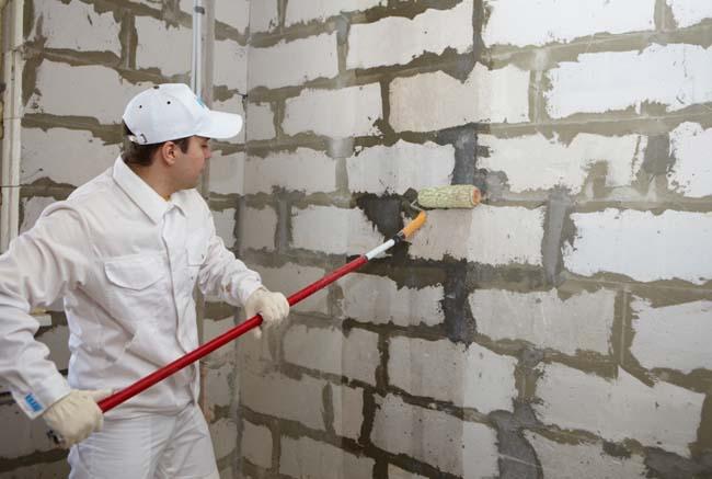 кирпичная стена так же должна быть покрыта грунтом