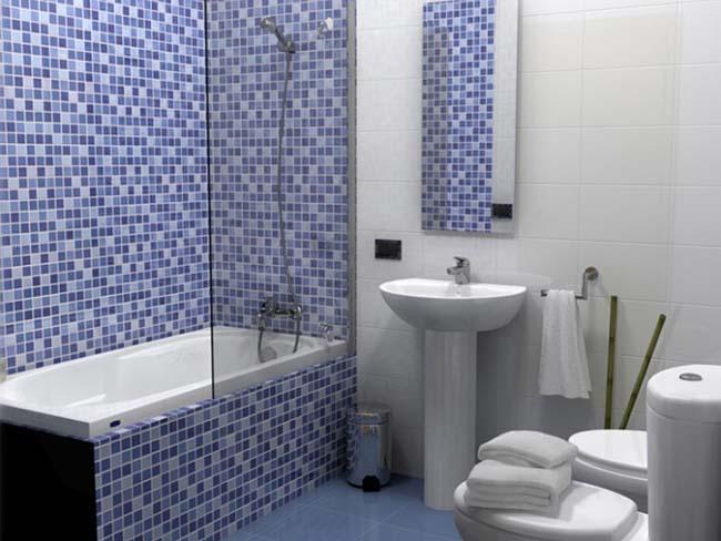 оформление ванной стеклянной мозаикой
