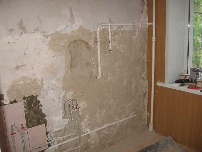 не подготовленная стена до укладки