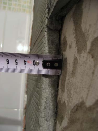 замеряем толщину стены рулеткой