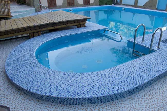 бассейн оформлен мозаикой