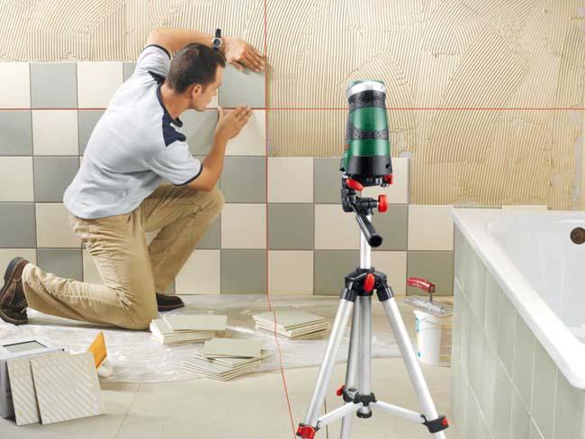 монтаж плитки на стену по заранее нанесенной разметке