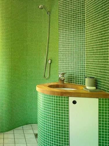 мозаикой на сетке оформлена ванная комната