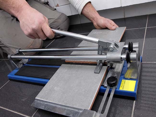 плавное надавливание на ручку плиткореза убережет края керамогранита от сколов