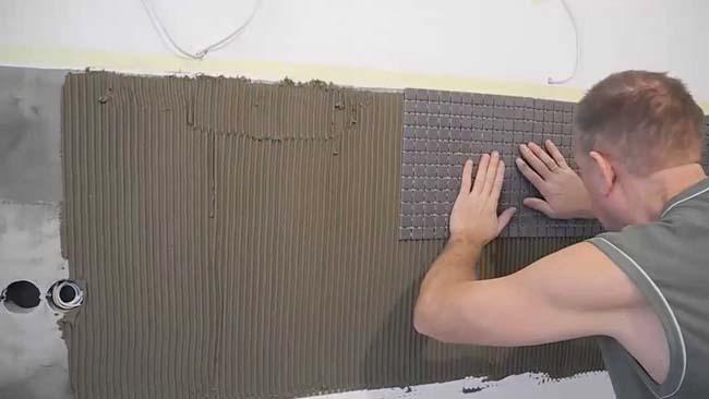 пример укладки мозаичной плитки на стену