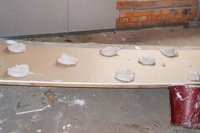 выравнивание стен при помощи гипсокартона и клея