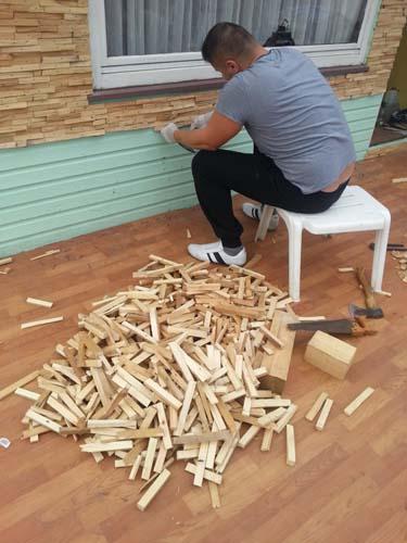 монтаж мозаики из дерева на стену