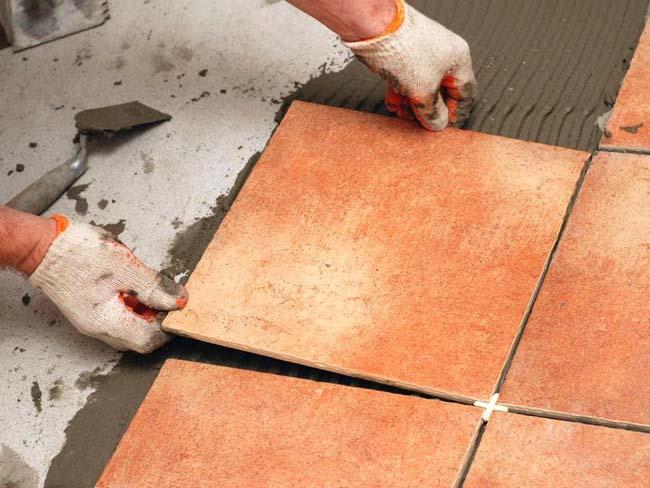 клеим керамическую плитку аккуратно прикладывая одну к другой