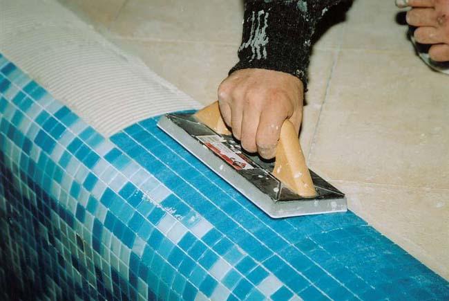 укладка мозаики на стены бассейна