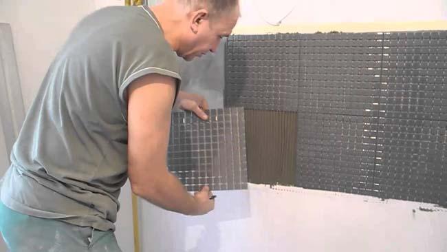 клеим мозаичные модули на стену
