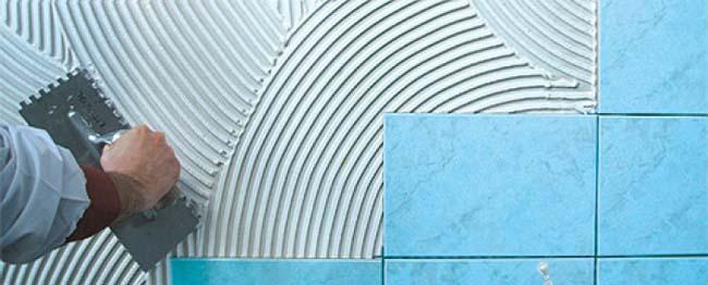 нанесение водонепроницаемого клея на стену бассейна