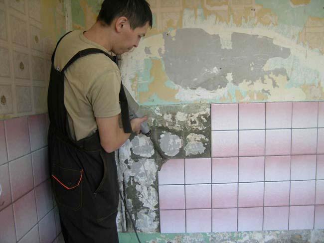 перфоратором так же можно сбить всю плитку со стены