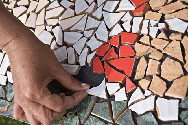 абстракционизм из кусочков битой плитки