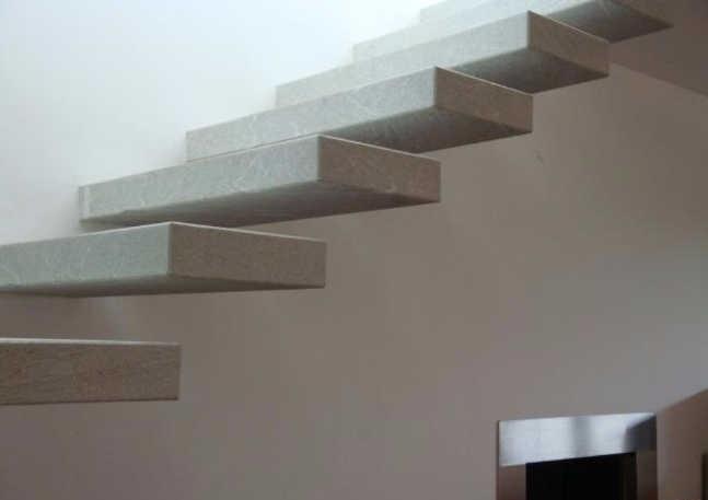 лестница из плит кварцевого агломерата