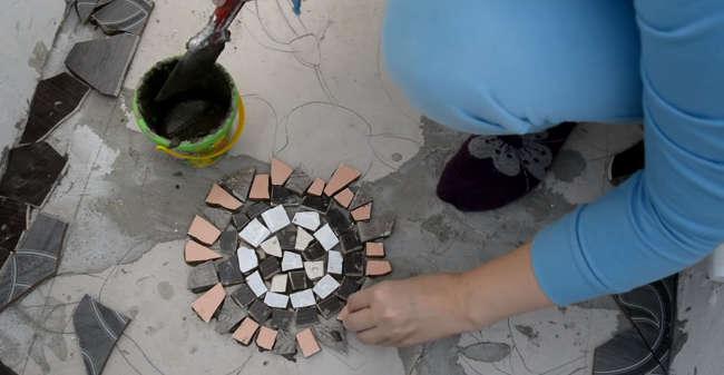 мозаику можно собрать из разноцветных кусочков битой плитки