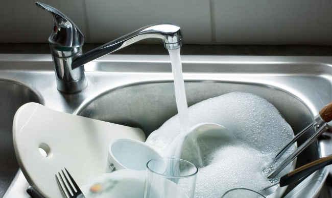 мойка жирной посуды в раковине