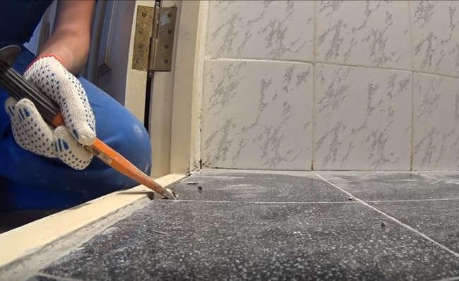 с пола плитка убирается при помощи зубила и молтка, а так же строительного перфоратора
